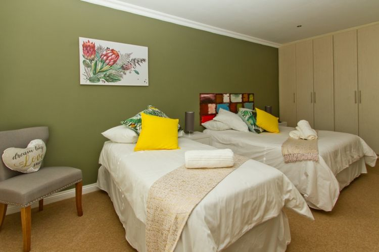 Green room queen and single beds